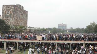 Decenas de miles de jóvenes se manifestaron hoy en las instalaciones de la Universidad Nacional Autónoma de México (UNAM) para protestar contra la violencia hacia la comunidad estudiantil el 5 de septiembre de 2018, en la Ciudad Universitaria, en Ciudad de México, México