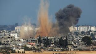 De la fumée s'élève d'un quartier de Gaza, dimanche, après une frappe israélienne.