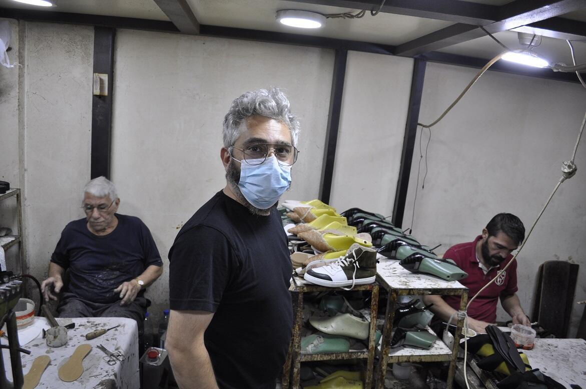 برافي بامباكيوم (39 عاما) يملك مصنع لصناعة الأحذية الجلدية. هو أيضا يفكر في الذهاب إلى الخارج لكن ليس إلى أرمينيا. ربما إلى بلد أوروبي حيث يهتم بالصناعات الحرفية ويقدمون الدعم الضروري لتنمية مثل هذه المهن القديمة.