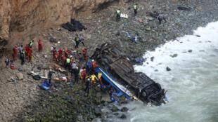 Un autobús con 57 pasajeros cayó a un acantilado en la ciudad de Lima, Perú, el 2 de enero de 2017