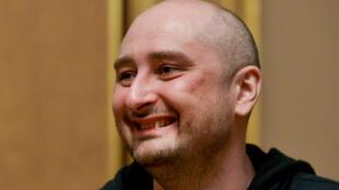 El periodista ruso Arkady Bábchenko, que fue declarado muertoy luego apareció vivo, asiste a una reunión con el presidente ucraniano, Petro Poroshenko, en Kiev, Ucrania, el 30 de mayo de 2018.