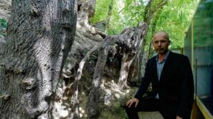 """Wouter van der Veen, expert de Van Gogh, sur le site présumé du dernier tableau de Van Gogh, """"Racines"""", le 28 juillet 2020 à Auvers-sur-Oise"""