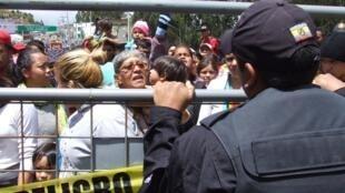 Cientos de migrantes venezolanos bloquean un tramo del paso internacional de Ecuador con Colombia, en el puente fronterizo de Rumichaca, en protesta por la nueva medida de las autoridades ecuatorianas que desde este lunes les exige un visado excepcional humanitario para poder ingresar al país.