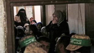 Les familles des victimes pleurent leurs proches morts à Khan Younès, au sud de la bande de Gaza, après l'explosion du tunnel le 31 octobre.