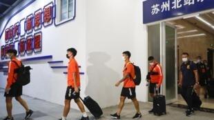Arrivée des joueurs et membres du staff technique de Wuhan Zall à Suzhou, en vue de la reprise du championnat de foot, le 18 juillet 2020