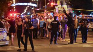 Gente abandona la zona cercana a la escena del tiroteo masivo en Toronto, Canadá, el 22 de julio de 2018.