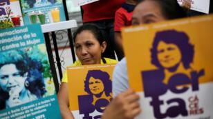 Manifestantes sostienen letreros ante el tribunal donde se lleva a cabo el juicio contra los acusados por el asesinato de la activista ambiental indígena Berta Cáceres, en Tegucigalpa, Honduras, el 29 de noviembre de 2018.