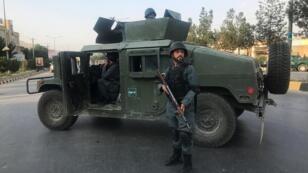 جندي أفغاني بالقرب من موقع الهجوم على مكتب مرشح لمنصب نائب الرئيس بكابول. 28 يوليو/ تموز