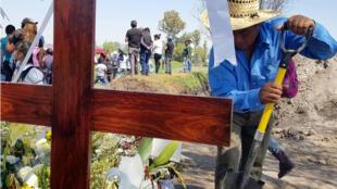 Un residente trabaja en un altar en memoria de las víctimas de la explosión del 18 de enero en el municipio de Tlahuelilpan, estado de Hidalgo, México, el 18 de febrero de 2019.