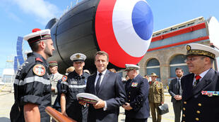 """الرئيس الفرنسي ايمانويل ماكرون يلتقي طاقم الغواصة النووية الهجومية الفرنسية """"سوفرين"""" في شيربور في 12 تموز/يوليو 2019"""