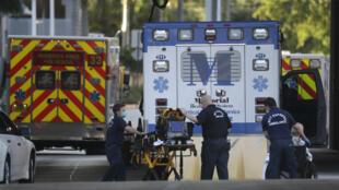Archivo. Equipos de emergencias regresan a sus ambulancias, el martes 12 de mayo de 2020, en el Memorial Regional Hospital en Hollywood, Florida.