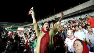Des femmes iraniennes autorisées à assister à une retransmission géante d'un match de Coupe du monde dans le stade Azadi de Téhéran, le 25 juin 2018.