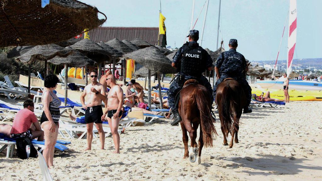 Des policiers tunisiens patrouillent sur la plage touristique de Hammamet en Tunisie, le 18 juin 2016.