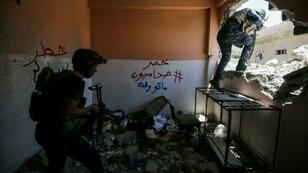 جنديان عراقيان خلال انتشار في المدينة القديمة في الموصل في 24 أيار/مايو 2017
