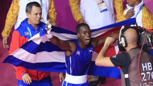 El boxeador cubano David Caballero celebra el oro obtenido en la final de peso mosca ligero masculino en la Villa Deportiva Regional del Callao, Perú, el 2 de agosto de 2019.
