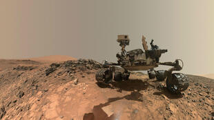 """Esta foto de la NASA publicada el 7 de junio de 2018 muestra un autorretrato de bajo ángulo del vehículo rover Curiosity Mars de la NASA en el sitio desde el cual se inclinó para perforar un objetivo rocoso llamado """"Buckskin"""" en el bajo Mount Sharp."""
