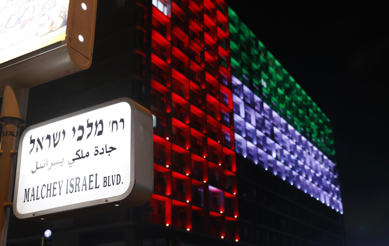 La façade de la mairie de Tel Aviv arbore les couleurs des drapeaux israélien et émirati, à l'occasion de l'annonce de l'accord, le 13 août 2020.