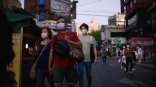كوريون يضعون أقنعة للحماية من فيروس كورونا في سيول