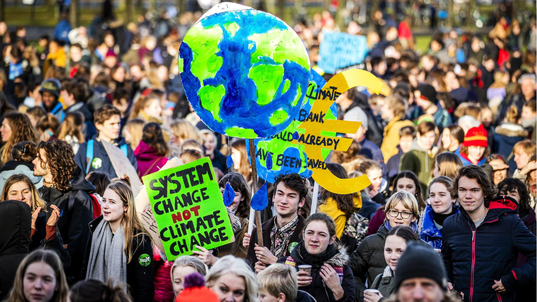 Estudiantes holandeses protestan por la implementación de medidas urgentes para combatir el cambio climático en, La Haya, el 7 de febrero de 2019.