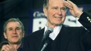 صورة من الأرشيف لجورج بوش الأب خلال تجمع انتخابي لصالح ابنه في كانون الثاني/يناير 2000