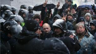 Des manifestants font face aux forces de l'ordre à Kiev, le 10 décembre 2017.