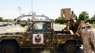 قوات أمن ليبية عند مدخل مطار طرابلس الدولي في الأول من حزيران/يونيو 2017.