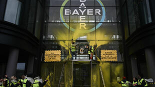Le siège français de Bayer à la Garenne-Colombes, près de Paris, après une action du mouvement Attac.