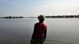 Un Tchadien au bord du lac Tchad, le 26 janvier 2015