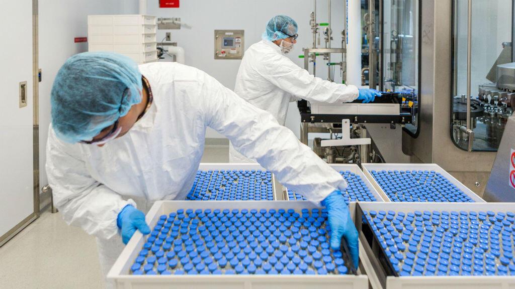 Los técnicos de laboratorio cargan viales llenos de Remdesivir para el tratamiento del Covid-19 en una instalación de Gilead Sciences en La Verne, California, EE. UU., el 18 de marzo de 2020.