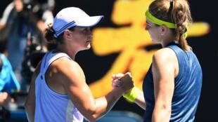 التشيكية كارولينا موتشوفا (يمين) تصافح الاسترالية اشلي بارتي بعد لفوز عليها في ربع نهائي بطولة استراليا المفتوحة في كرة المضرب، ملبورن في 17 شباط/فبراير 2021