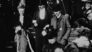 Pour l'universitaire Jean-Pierre Sirois-Trahan, l'homme en redingote et au chapeau melon pourrait bien être Marcel Proust.