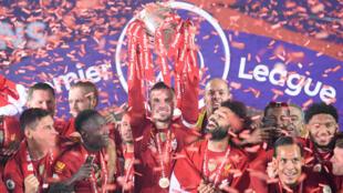 قائد للايفربول جوردان هندرسون (وسط) رافعا كاس الدوري الانكليزي الممتاز ومحتفلا مع زملائه. 22 تموز/يوليو 2020