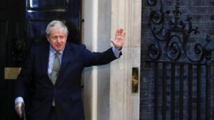 رئيس الوزراء البريطاني بوريس جونسون يلوح بعد فوزه في الانتخابات العامة، في لندن، بريطانيا، 13 ديسمبر 2019.