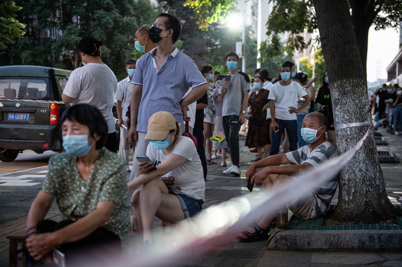 Les habitants de Wuhan ont attendu dans de longues files d'attente pendant la chaleur estivale pour tester le virus