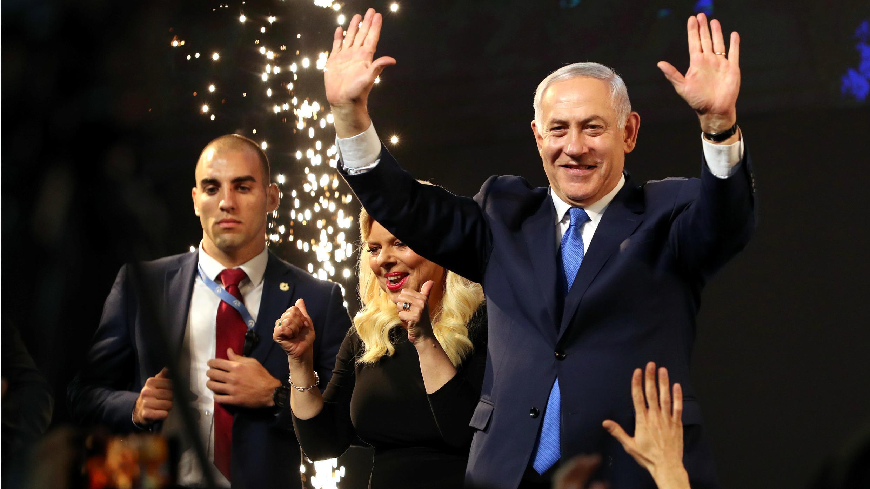 El primer ministro israelí, Benjamin Netanyahu, y su esposa Sara en la tarima de la sede del partido Likud en Tel Aviv, Israel, el 9 de abril de 2019.