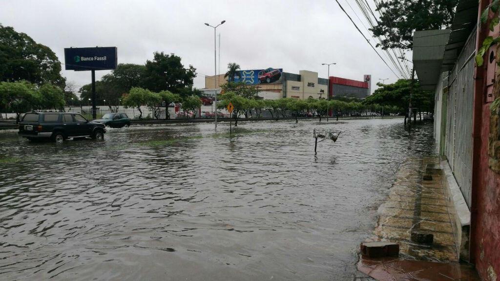 Tras las fuertes lluvias, el agua se estancó en las principales vías de Santa Cruz.