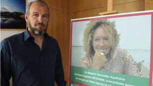 Sébastien Chadaud-Pétronin devant un portrait de sa mère, en août 2018.