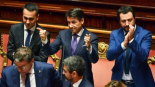 Giuseppe Conte entouré de ses deux vice-Premiers ministres, Luigi Di Maio, chef de file du Mouvement Cinq Étoiles, et Matteo Salvini, le patron de la Ligue, mardi 5 juin devant le Sénat italien.