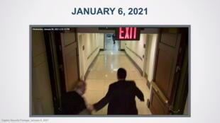 Des images de sécurité montrent le sénateur Chuck Schumer fuir devant l'avancée des émeutiers du Capitole à Washington, le 6 janvier 2021.