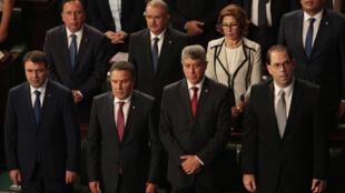 Youssef Chahed (en bas à dr.) et des membres de son gouvernement au Parlement, le 26 août.