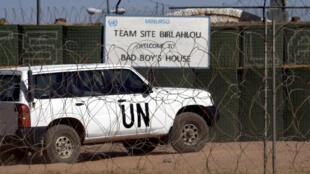 Un véhicule de l'ONU transportant le secrétaire général Ban Ki-moon à Bir Lahlou au Sahara occidental, le 5 mars 2013.