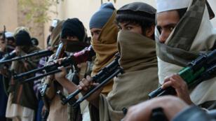 Des combattants talibans, le 8 février 2015, lors d'une cérémonie de dépôt des armes à Jalalabad, dans le cadre du processus de paix engagé avec le gouvernement afghan.