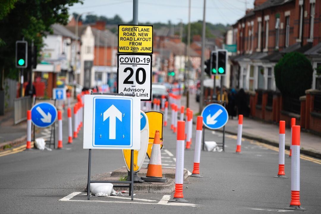 Las marcas viales de distanciamiento social ubicadas en el área de North Evington en Leicester, Reino Unido, el 30 de junio de 2020.