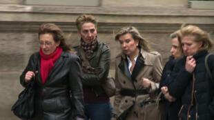 Les filles de Jacqueline Sauvage et leurs avocates se rendant au palais de l'Élysée, le 29 janvier 2016.