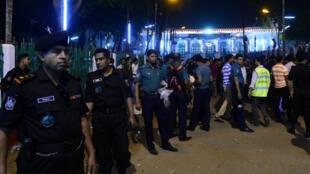 Des policiers devant le principal site religieux chiite de la capitale du Bangladesh, Dacca, le 24 octobre 2015.