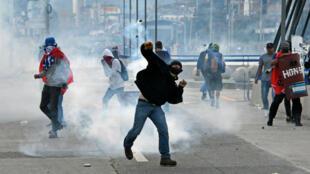 Des manifestants de l'Alliance de l'Opposition contre la Dictature ont affronté les forces de police samedi 27 janvier, à Tegucigalpa.