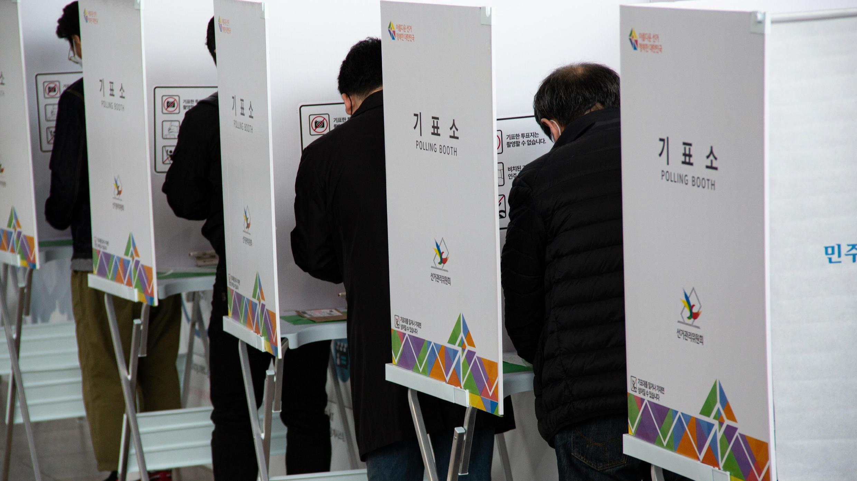 Varios votantes ejercen su derecho a voto anticipado en un colegio electoral en Seúl, Corea del Sur, el 10 de abril de 2020.