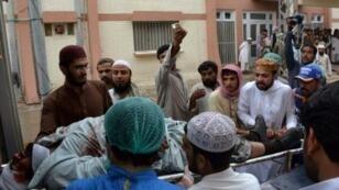 متطوعون باكستانيون ينقلون جريحا أصيب في تفجير في كويتا لأحد المستشفيات، الجمعة 12 أيار/مايو 2017