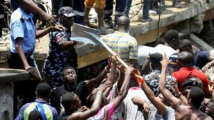 Decenas de personas se sumaron a las labores de rescate tras conocerse sobre el derrumbe de un edificio en la ciudad de Lagos, Nigeria el 13 de marzo.