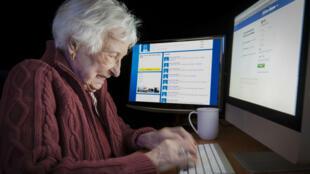 ... et à cause de ça, les internautes (surtout les personnes âgées) ont mal aux yeux.